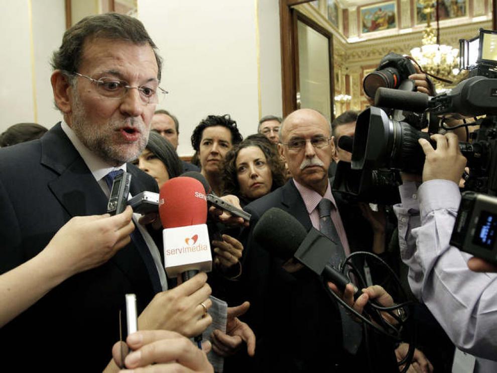 Rajoy, en el Congreso, atiende a los periodistas