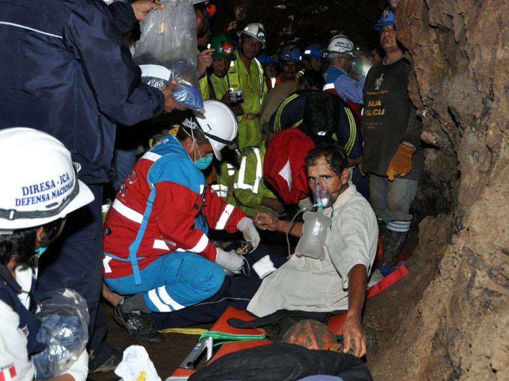 Uno de los mineros, con mascarilla, tras su rescate