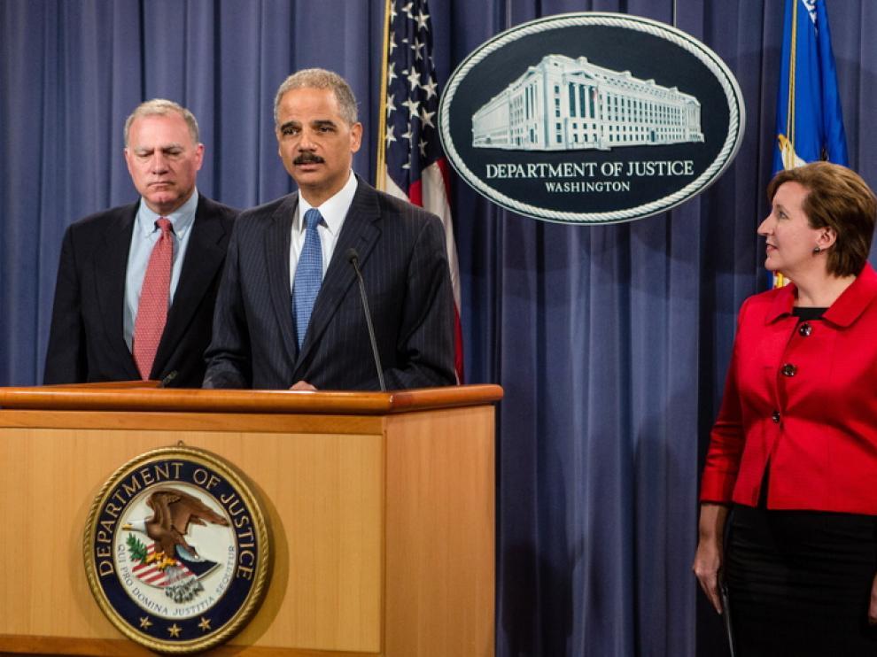 El fiscal, Eric Holder, anuncia la demanda antimonopolio contra Apple por acordar subir el precio de los libros electrónicos.