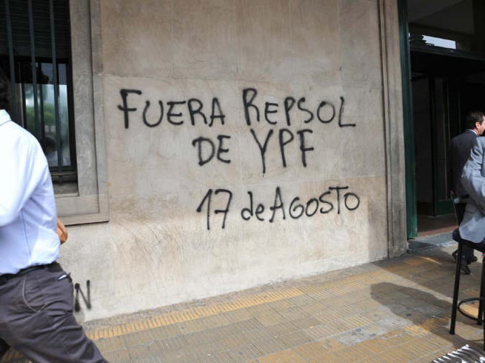 Grafiti en un edificio de Buenos Aires contra Repsol
