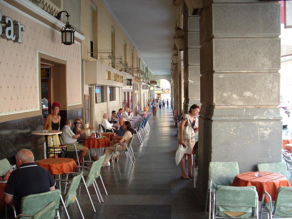 En la imagen, terraza en los Porches de Galicia de Huesca.
