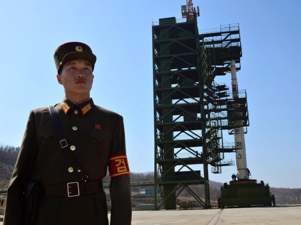 El cohete custodiado por un militar del régimen