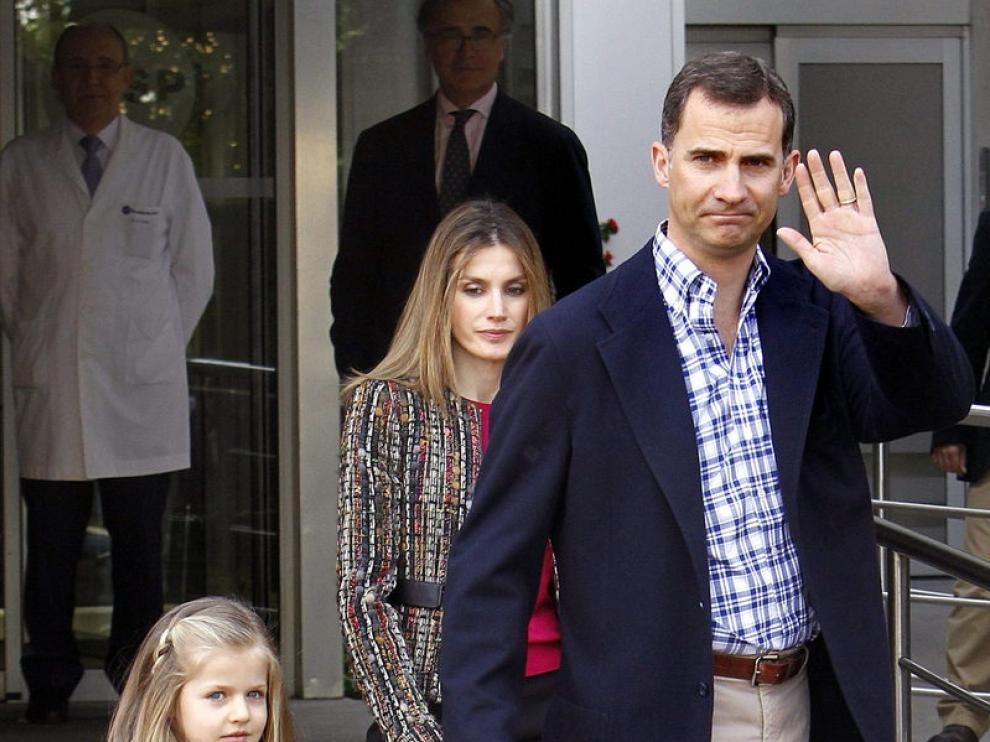 Los príncipes y sus hijas visitan al Rey