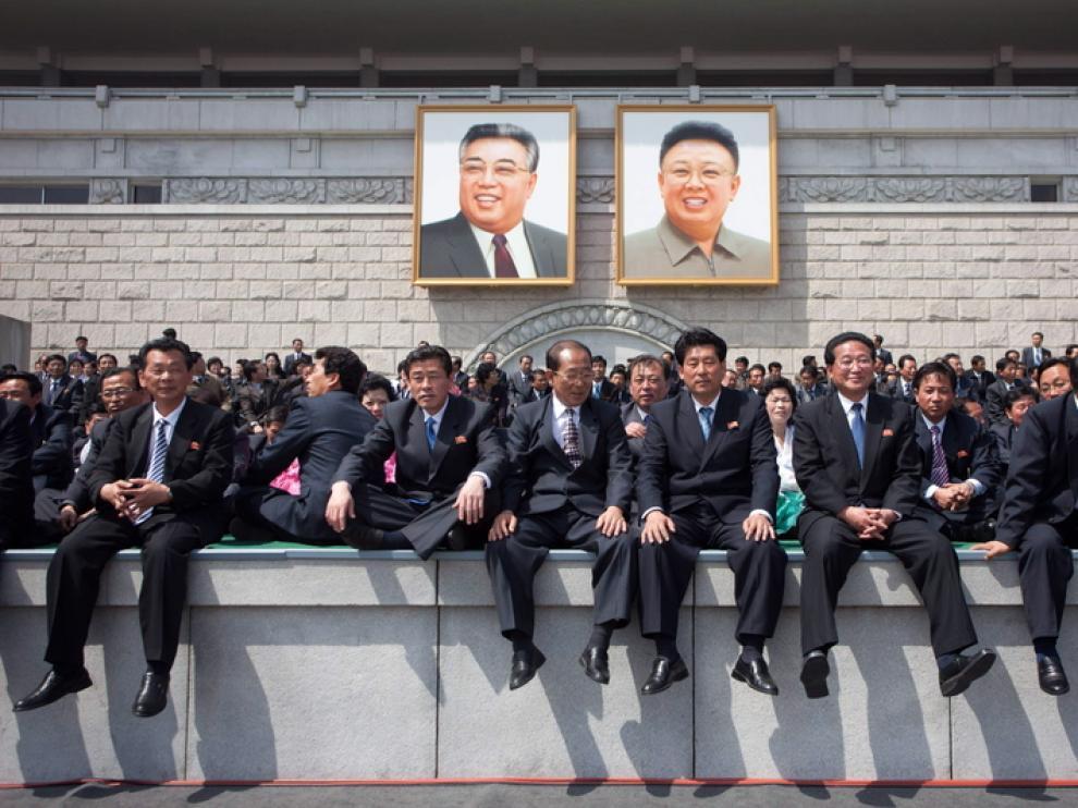 Los coreanos escuchan el discurso de Kim Jong-Il.