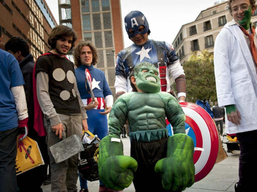 Los fans de los superhéroes asistieron a la proyección de la película 'Los Vengadores'.