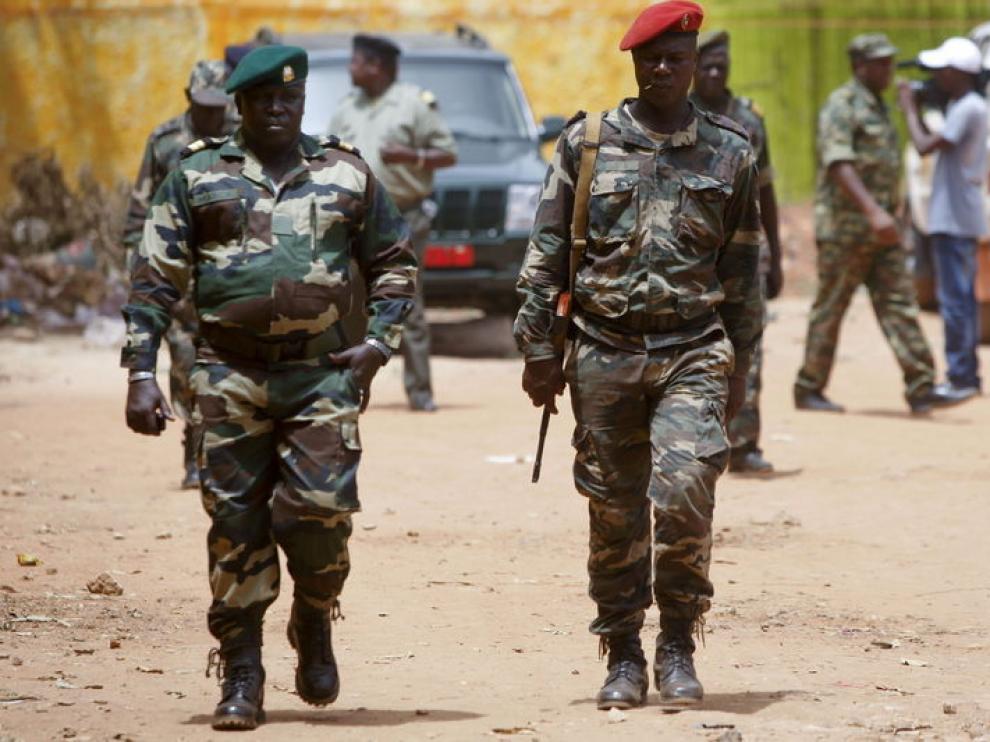 Oficiales guineanos tras el golpe de Estado.