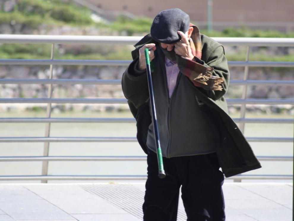 Un señor en Paseo Echegaray se resiste al viento