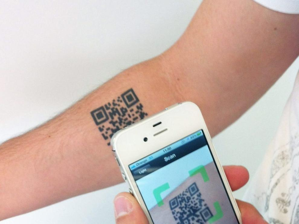 Imagen cedida por Leo Burnett del tatuaje de un código Bidi en un brazo como soporte publicitario.