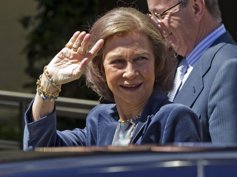 La Reina ha hecho una visita fugaz al monarca