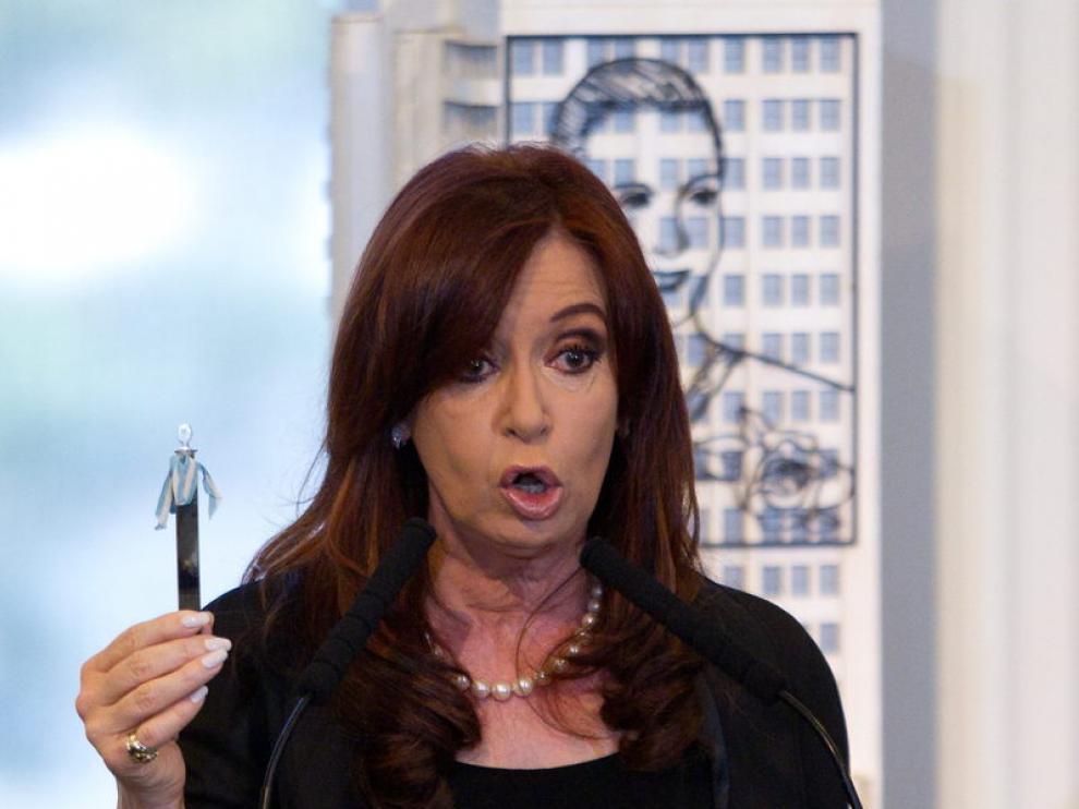 La presidenta de Argentina, Cristina Fernández de Kirchner, sostiene una muestra de la primera extracción de petróleo realizada en el país