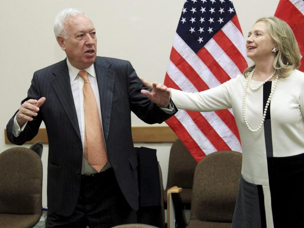 La secretaria de Estado estadounidense, Hillary Clinton (d), hace un gesto al ministro español de Asuntos Exteriores