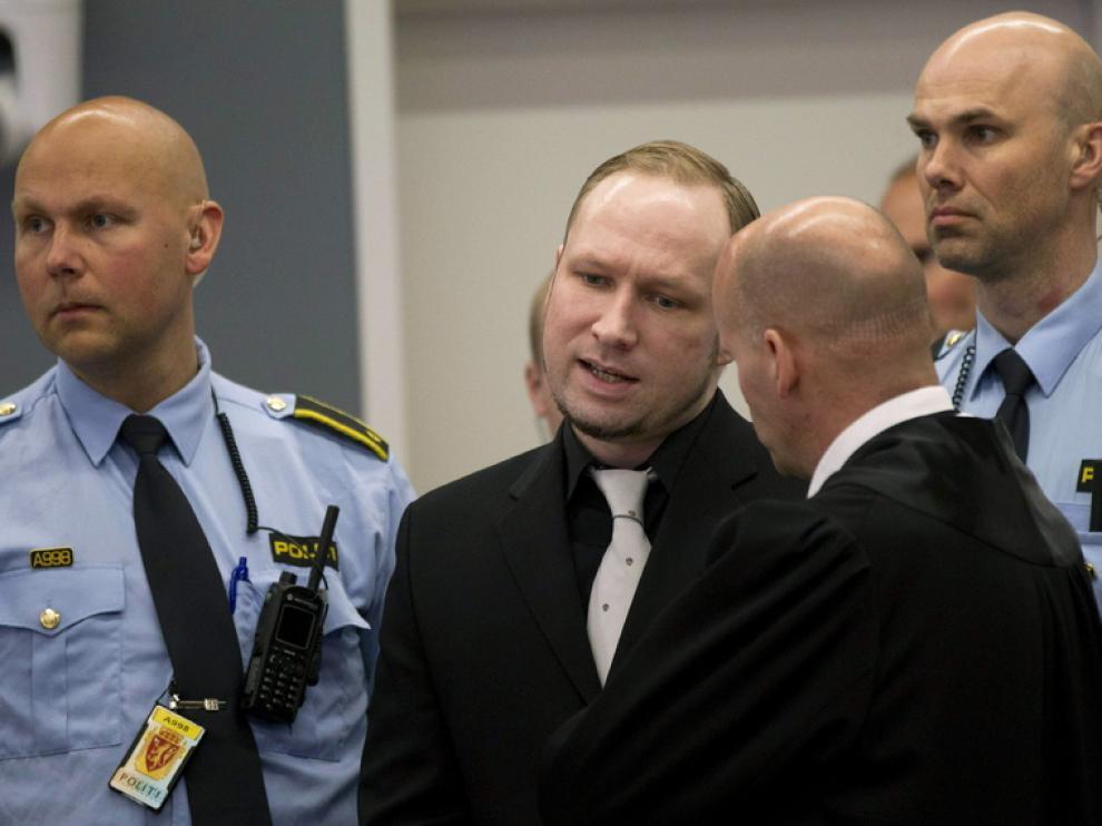 Breivik en la entrada del juzgado