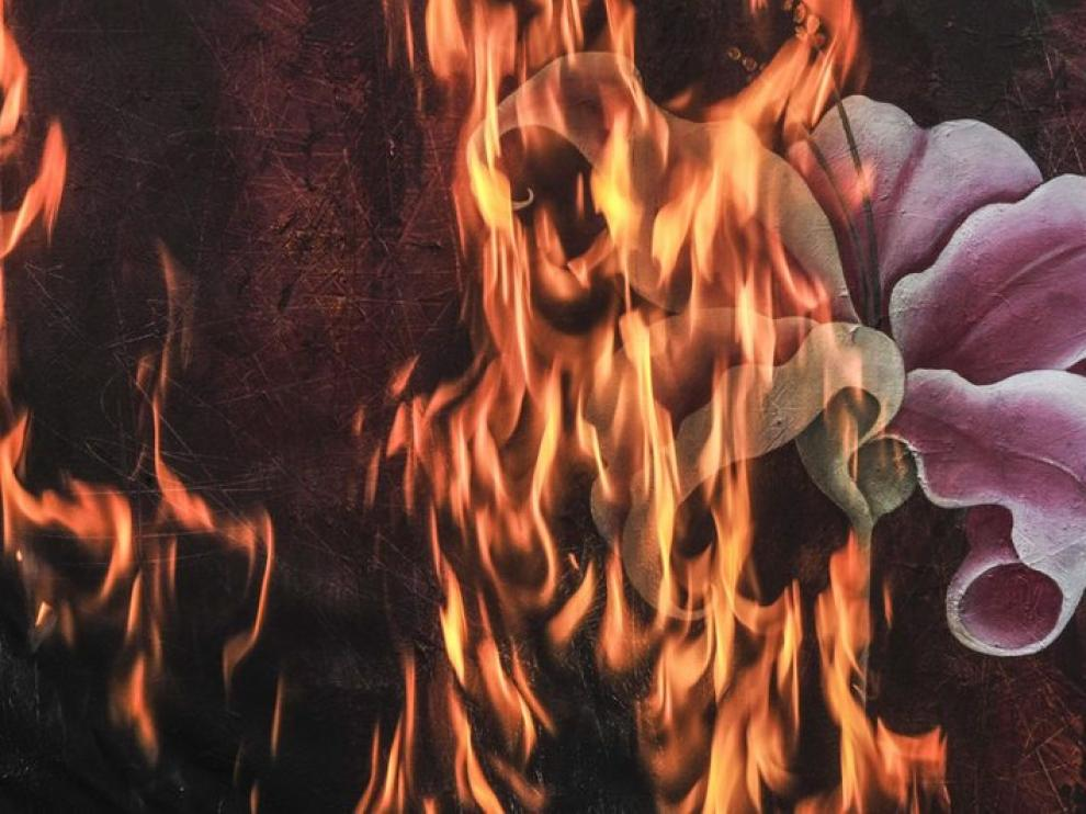 Detalle de una de las obras ardiendo