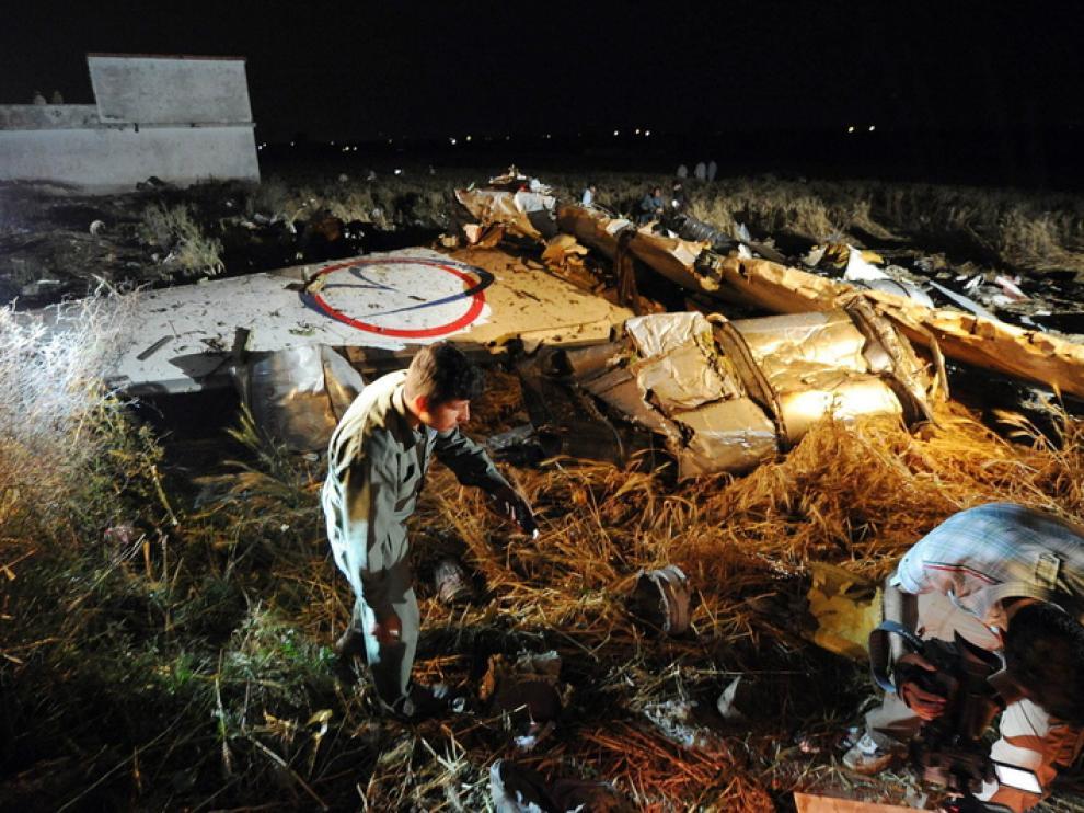 Restos del avión sinestrado en el accidente en Pakistán