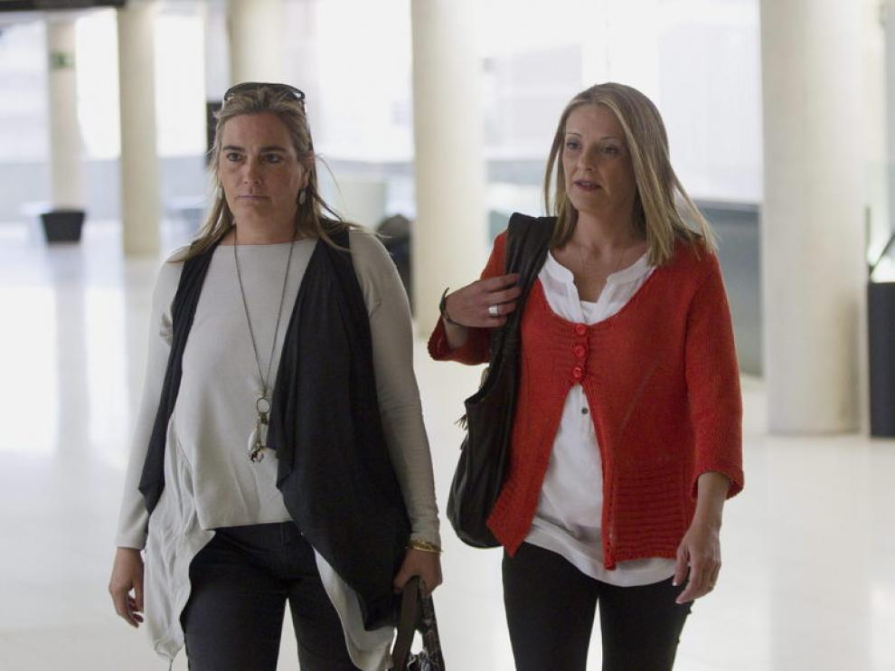 La secretaria personal del duque de Palma, acompañada de una amiga, a su llegada al juzgado de Barcelona.