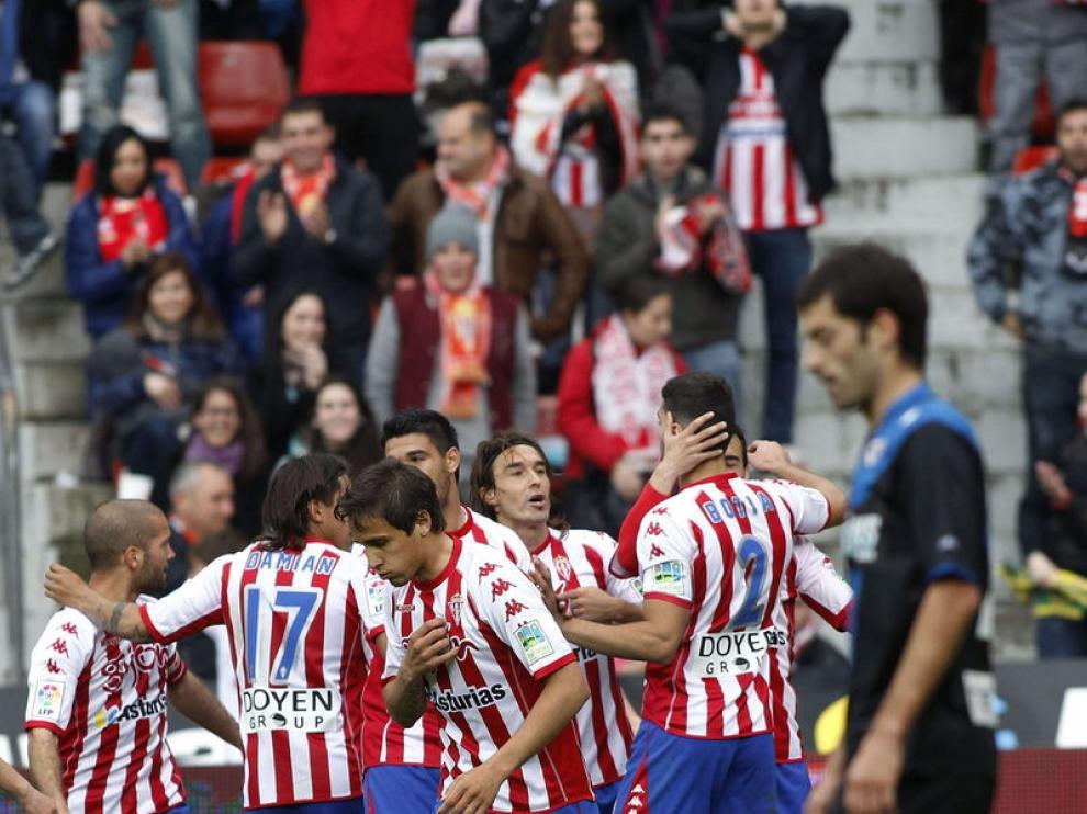 Los jugadores del Sporting celebran uno de los tantos