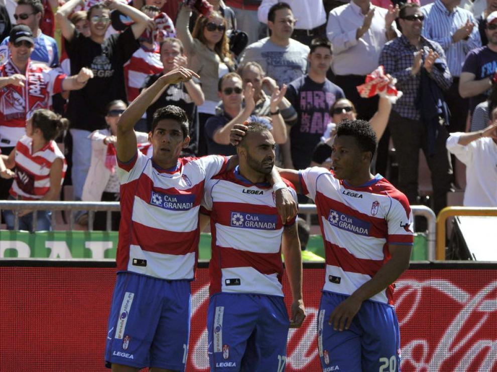 Los jugadores del Granada celebran el gol