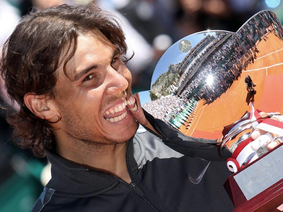 El tenista español posa con la copa