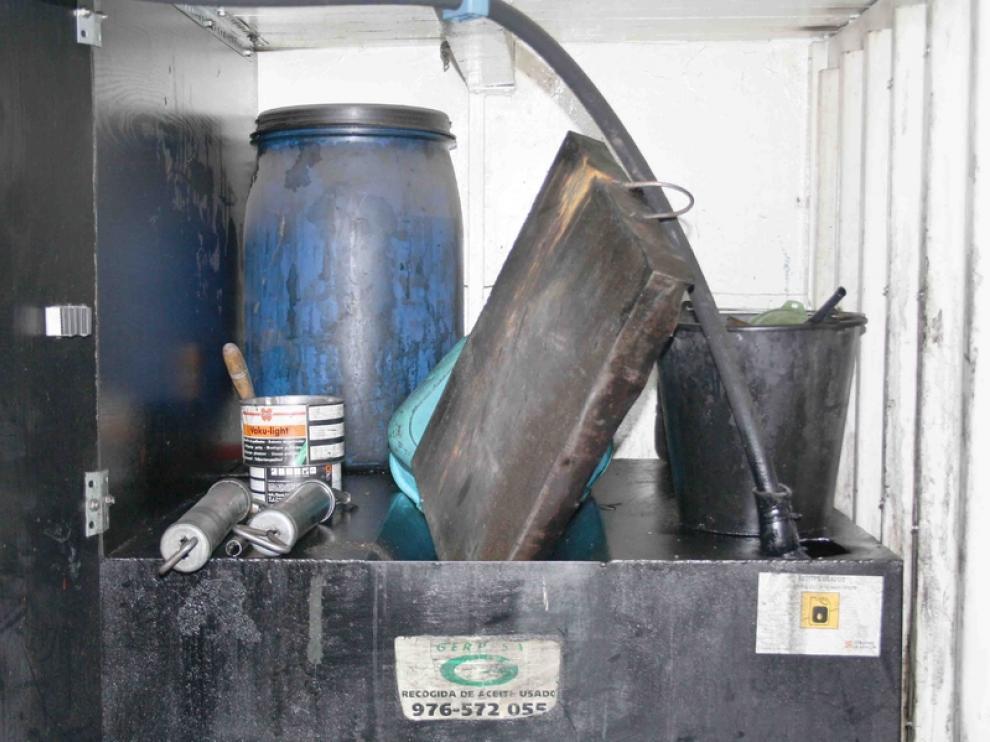 Los mecánicos guardan el aceite usado