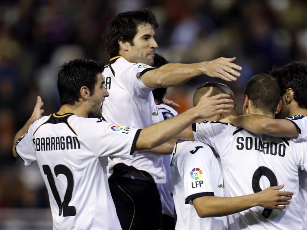 El delantero brasileño del Valencia CF Jonas Gonçalves (d) celebra su gol