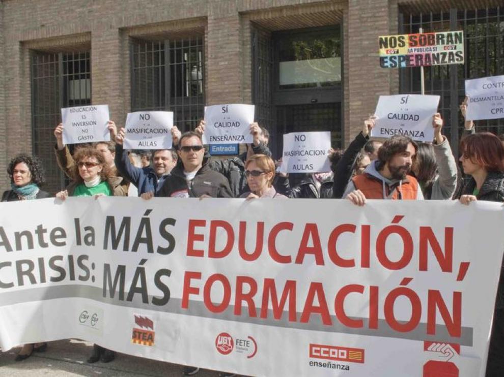 Manifestación a favor de la educación pública frente a la DGA
