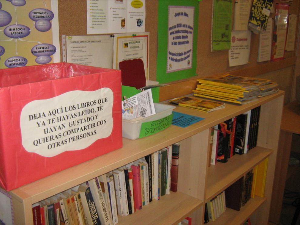 Los libros esperan en la Fundación Tranvía el momento de su liberación