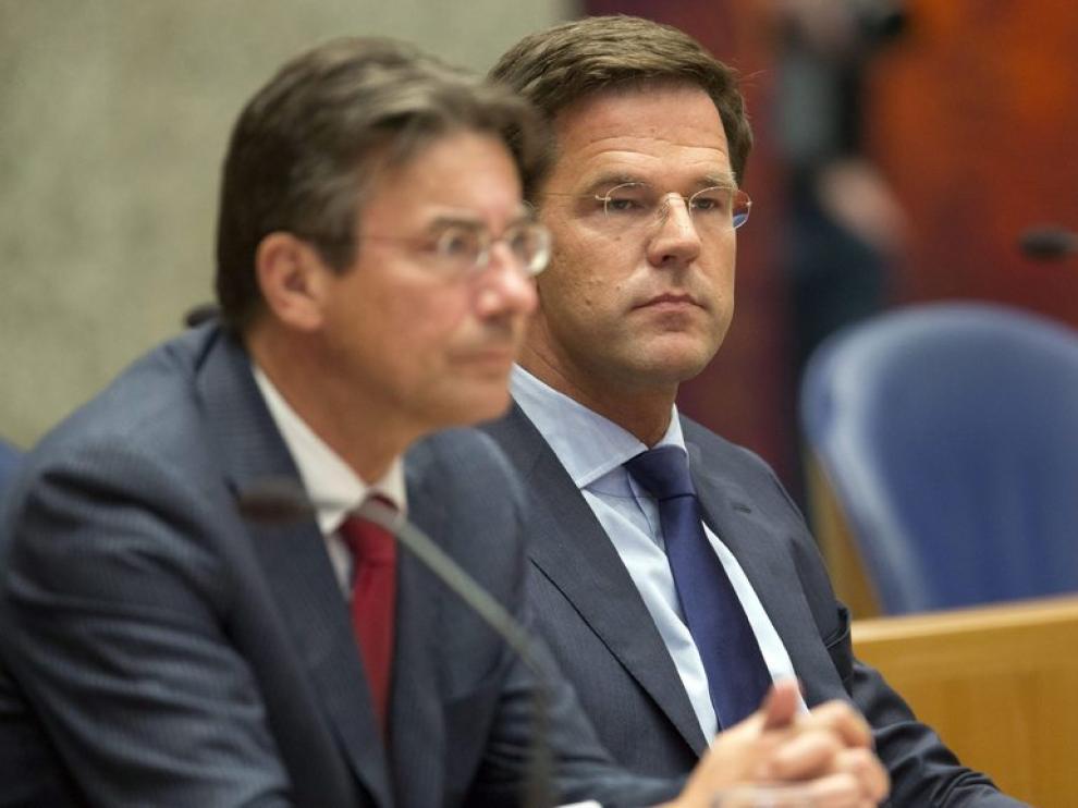 El primer ministro holandés, Mark Rutte, y el ministro holandés de economía, Maxime Verhagen.