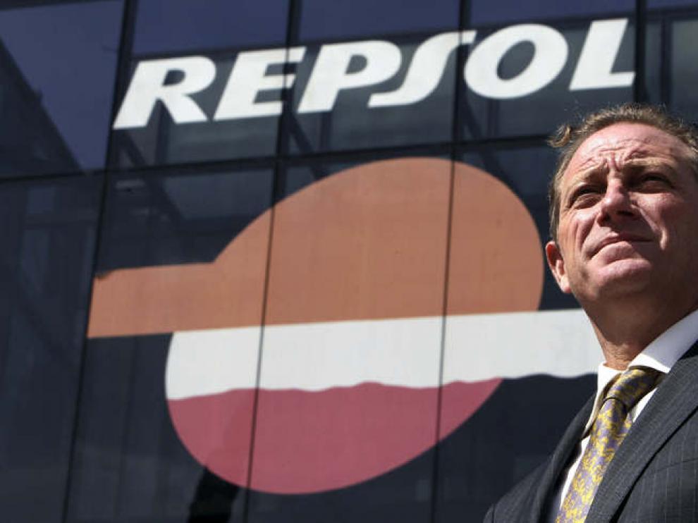 Tomás García Blanco, exdirector de Exploración y Producción de YPF, posa ante la sede central de Repsol en Madrid.