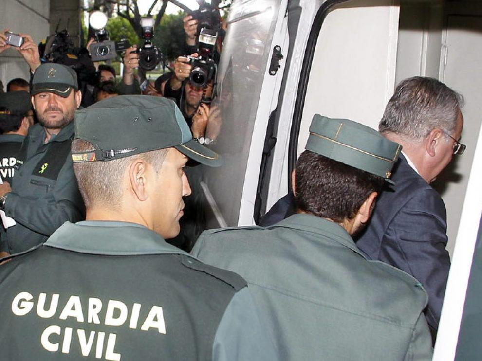 Antonio Fernández entrando en un furgón policial