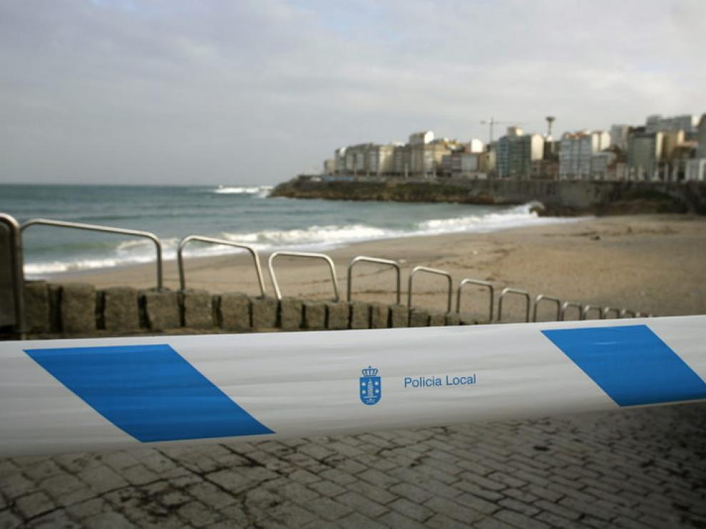 La Policía Local de A Coruña ha acordonado los accesos a las playas debido a la alerta naranja en todo el litoral.
