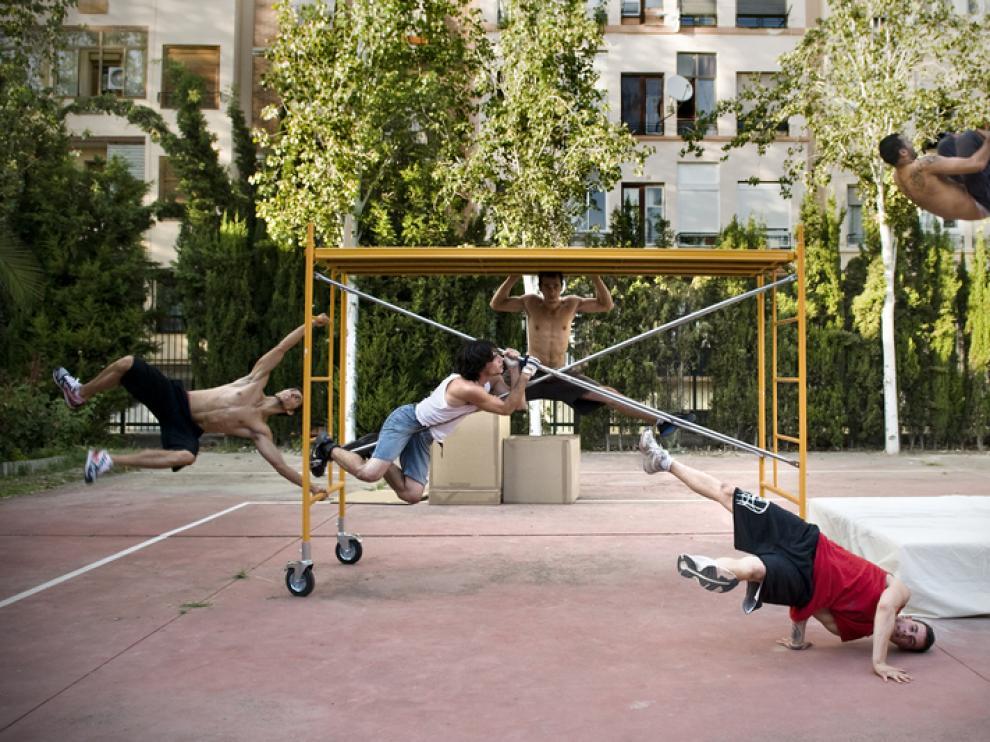 Jóvenes practicando 'parkour', en San Pablo
