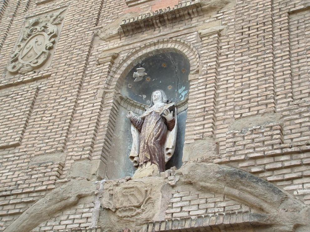 La imagen de Santa Teresa que preside el portal ha sufrido la acción de las palomas que anidan en el inmueble