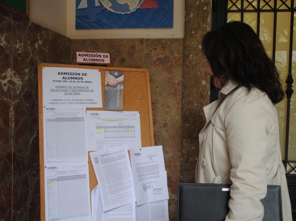 Una madre espera a presentar la solicitud