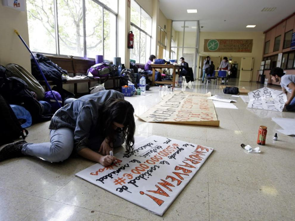 Varios estudiantes preparaban pancartas esta mañana en Interfacultades