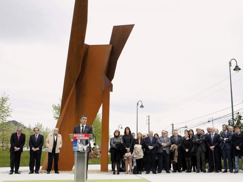 López inaugura  la escultura de Néstor Basterretxea Agonía de fuego