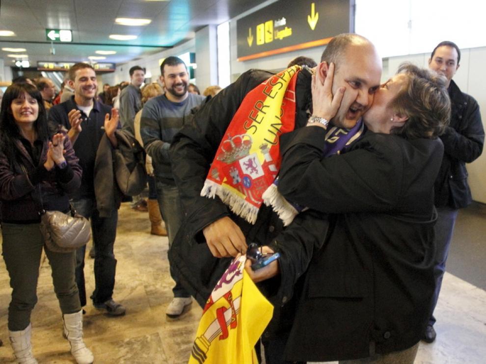 Diego Martínez besa a su madre en el aeropuerto de Madrid