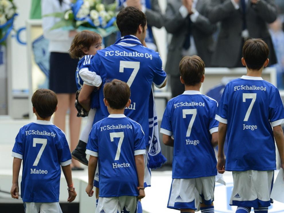Raúl recibió la ovación de los aficionados acompañado de sus hijos