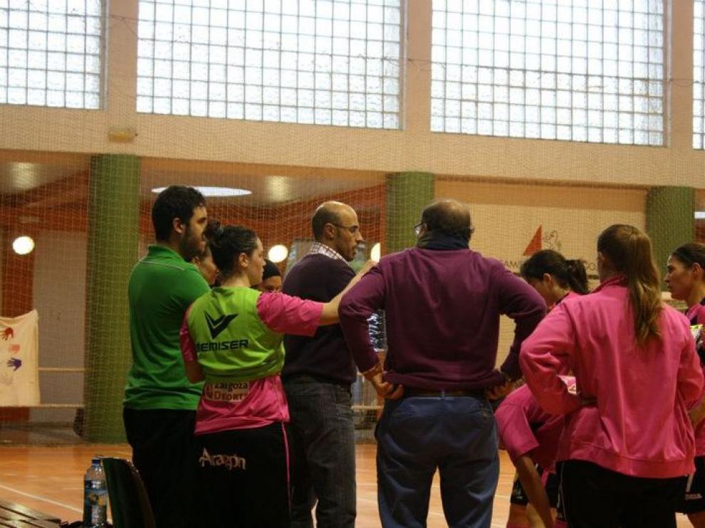 Las jugadoras del Natudelia se aglutinan en torno a su entrenador
