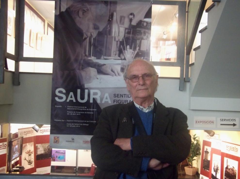 Carlos Saura, ante un artel del festival