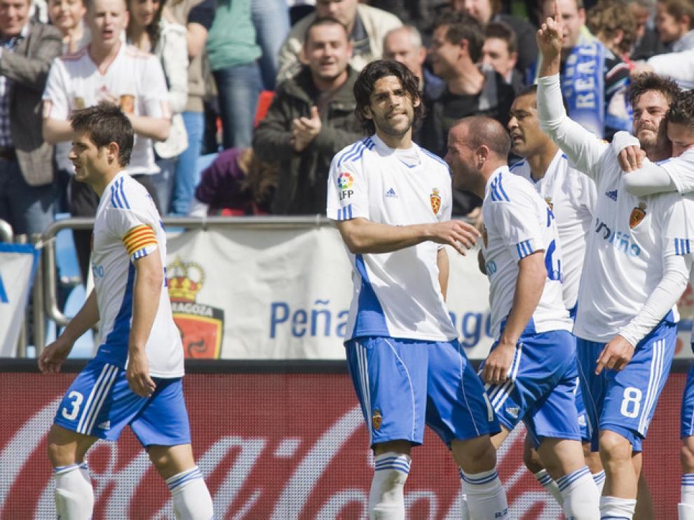 Los jugadores hacen una piña para celebrar un gol ante el Athletic