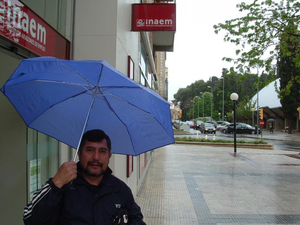 En la imagen Luis Orellana, usuario de la oficina del Inaem de Huesca en la calle de San Jorge.