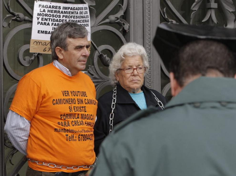 La anciana y su hijo encadenados en el Banco de España
