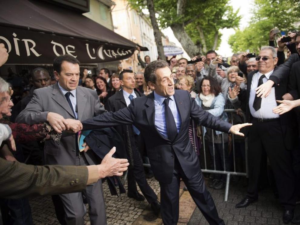 El actual presidente y candidato a las elecciones, Nicolas Sarkozy, saluda a sus simpatizantes