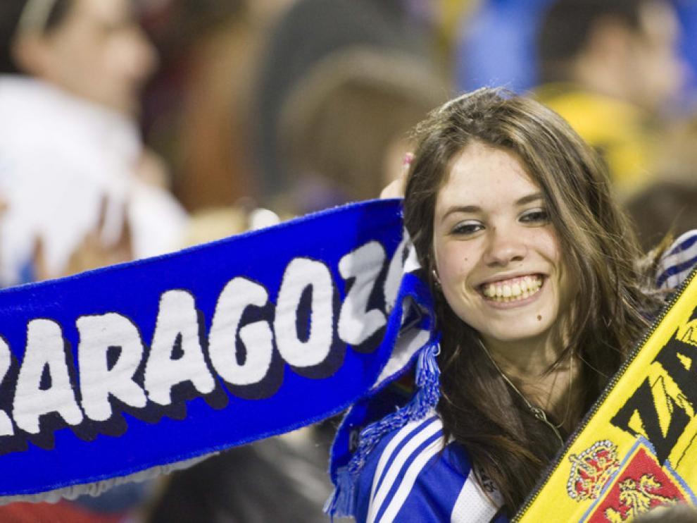 Una aficionada animando en la Romareda en el partido ante el Levante