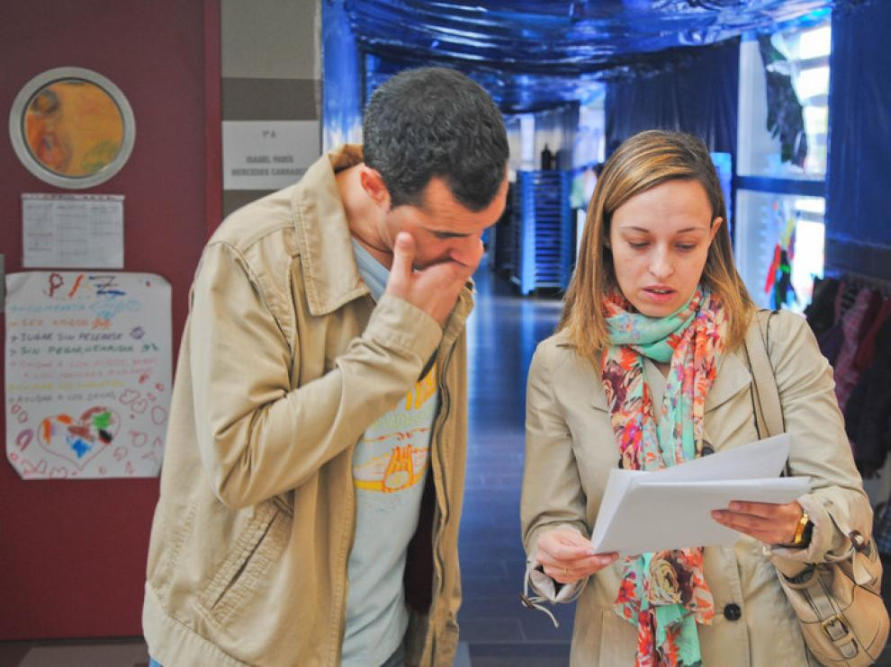 Dos padres revisan las listas tras el sorteo
