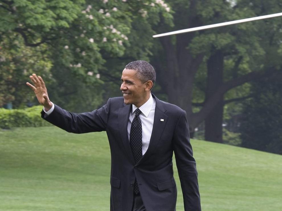 Barack Obama saluda a sus seguidores tras aterrizar en la Casa Blanca.