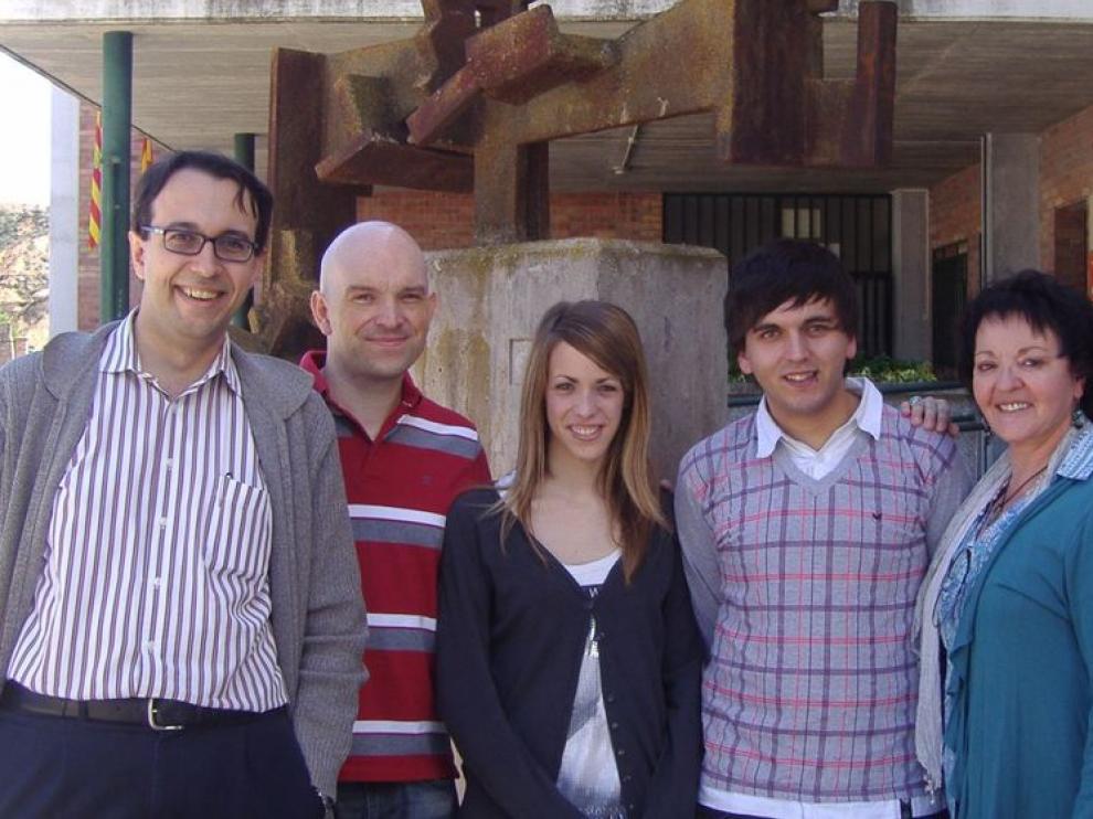 El profesor Fernando Salas, el jefe de estudios Christian Glaría, los alumnos Celia Mir y Borja Martínez y la directora del centro, Caridad Arlegui.