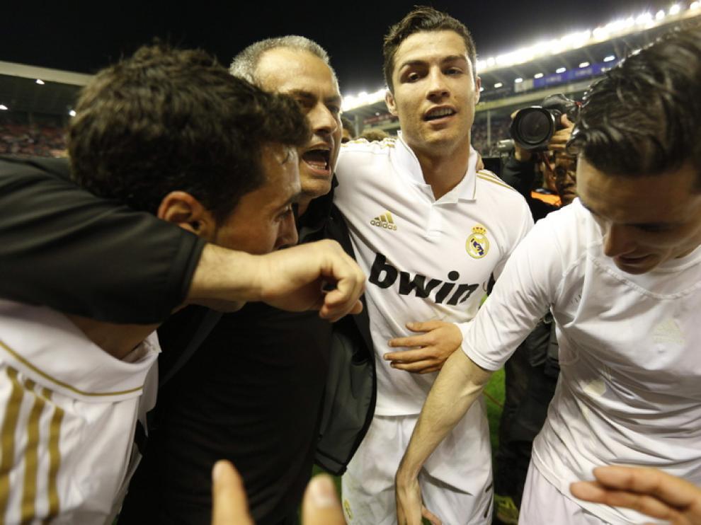Mourinho celebra el título junto a sus compañeros