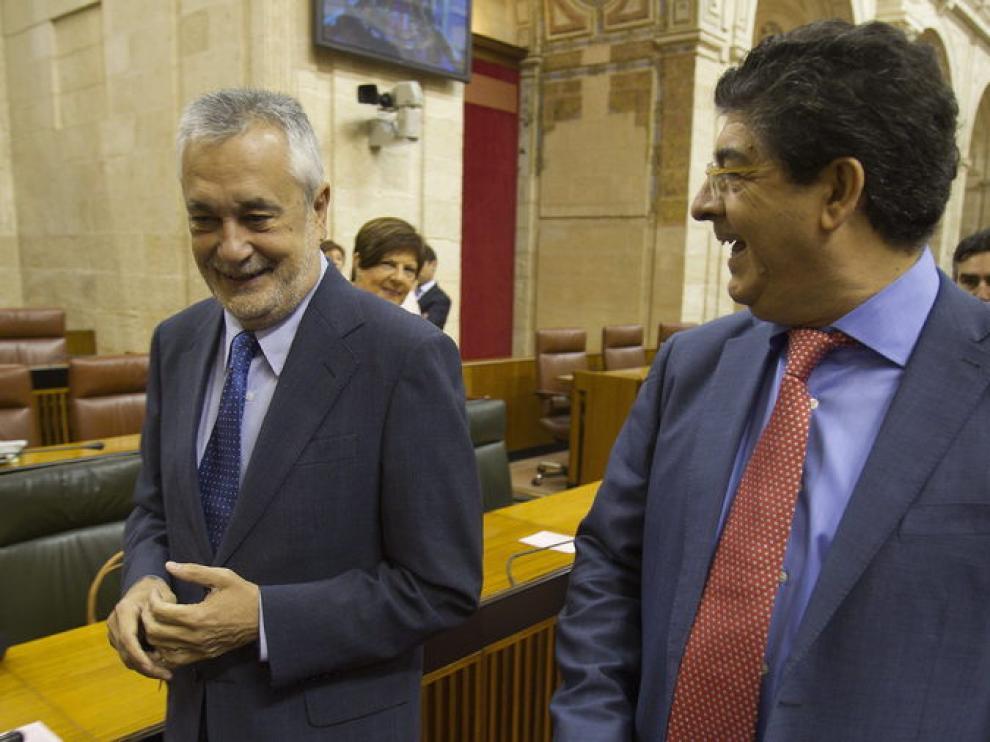 José Antonio Griñán (i), bromea con el portavoz de IULV-CA, Diego Valderas
