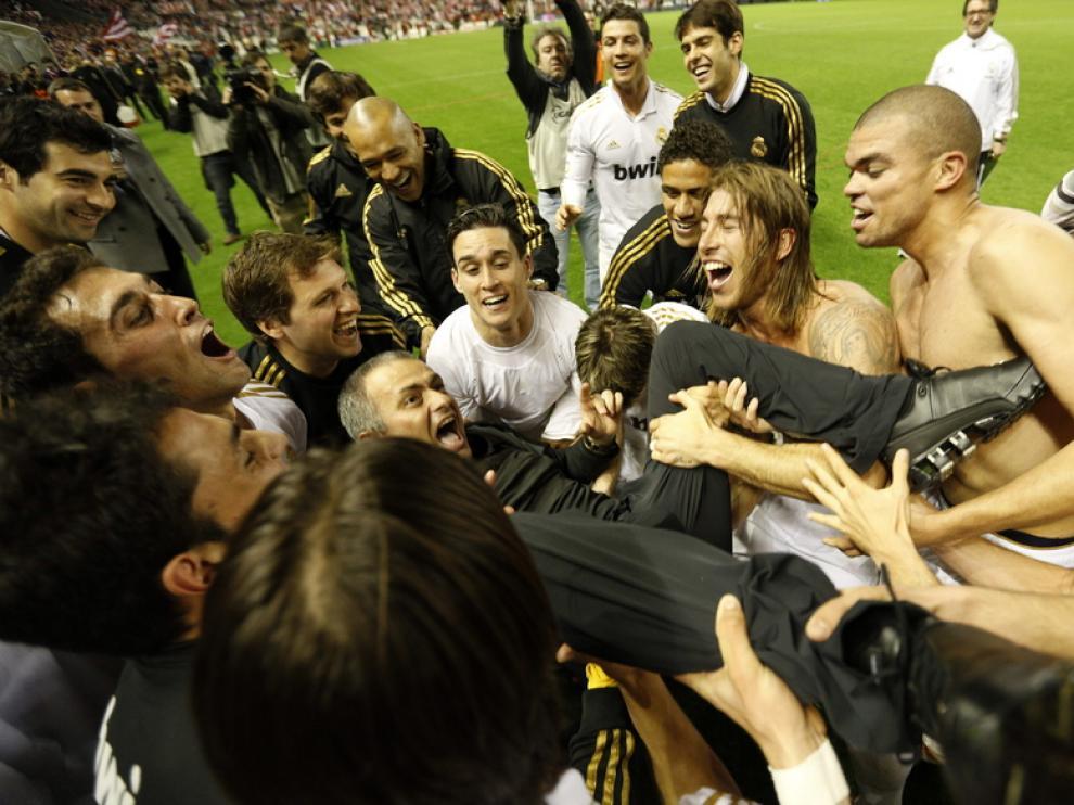 Los jugadores mantearon a Mourinho